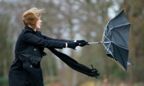 Avertismentul meteorologilor: Este Cod galben de vânt puternic în opt judeţe. Rafalele vor ajunge şi la o sută de kilometri la oră