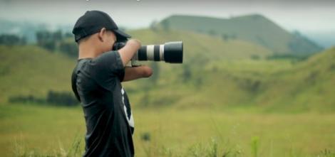 Nu are mâini sau picioare, doar un aparat foto profesionist cu care face nişte poze de te închini! Tânărul acesta e un fenomen al planetei!
