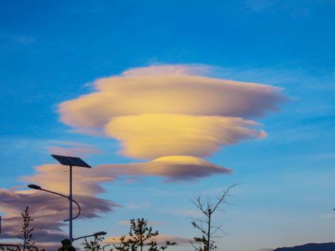 FOTO! Un nor în formă de OZN a apărut pe cer în amiaza mare. Oamenilor nu le-a venit să creadă când l-au văzut