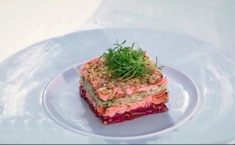 Salată de crudități în straturi. O salată asortată, plină de culoare și savoare, bună de servit chiar și simplă, fără friptură sau garnitură.
