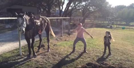 Așa ceva nici în filme nu vezi! Un cal imită mișcările de hip hop ale stăpânei sale