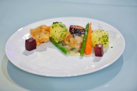 Cod negru pane, cu sos alb și cartofi natur. O combinație perfectă pentru o masă copioasă