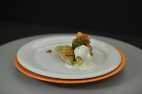 Păstrăv în crustă de pesmet japonez cu mujdei, mămăliguță și salsa de legume coapte. Cum să nu adori așa combinație!