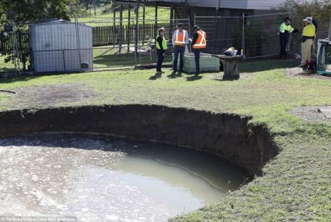 Un bărbat a avut un adevărat șoc atunci când din senin i-a apărut o gaură misterioasă în pământ! Ce a descoperit
