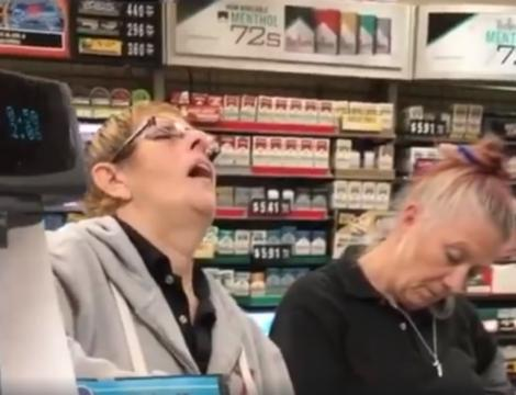 Angajata unui supermarket a adormit la casă, în fața clienților, care așteptau la coadă. Cum reacționează, în momentul în care este trezită. Râzi cu lacrimi!