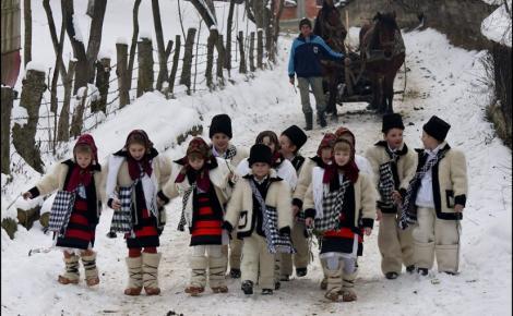 COLINDELE. Obiceiuri şi tradiţii de Crăciun. De ce primul colind trebuie cântat la casa preotului din sat sau din oraș