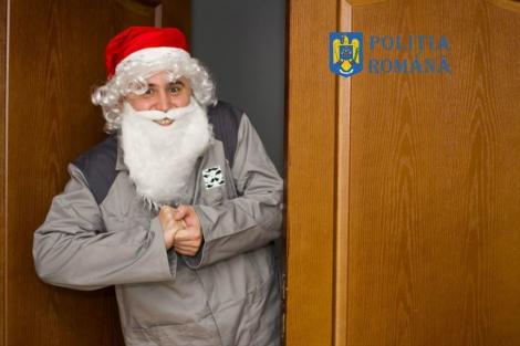"""Escrocii se pot deghiza în orice! Poliţia Română, avertisment inedit în versuri: """"Moş Crăciun în salopete/ Sprijină creduli să scape/ De strânsura toată, toată"""""""