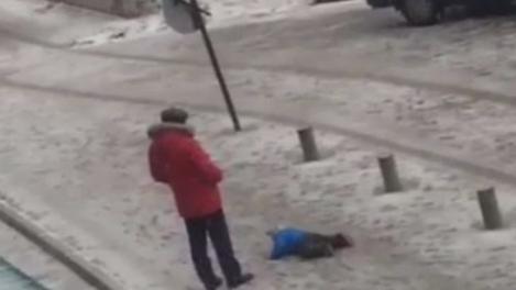 Imagini CRUNTE. Un bărbat este filmat în timp ce LOVEȘTE CU PICIOARELE un băiețel aflat în zăpadă!