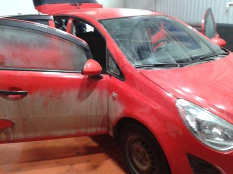 FOTO: Nu şi-a mai spălat şi curăţat maşina de ANI BUNI, iar acum vrea s-o vândă! Ce au putut găsi în interior