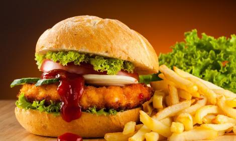 O tânără a mâncat timp de trei ani doar mâncare de tip fast-food, dar arată foarte bine! FOTO