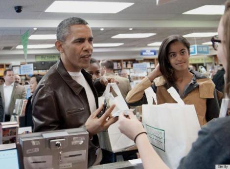 Barack Obama, mai celebru ca atunci când era la Casa Albă! A vrut să treacă neobservat la un concert, dar a făcut un gest nepoliticos: Cum arată acum!
