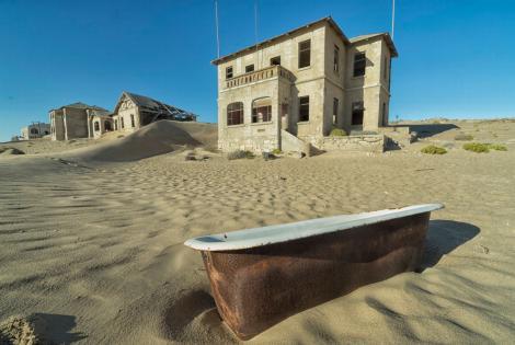 Fotogalerie: Kolmanskop, orașul fantomelor. Locul în care nisipul mușcă din case, din spital, din casino