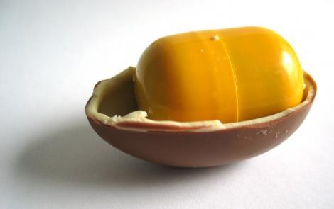 De ce cutiuțele din ouăle cu surprize sunt galbene? Răspunsul e evident, dar totuși atât de greu de ghicit!