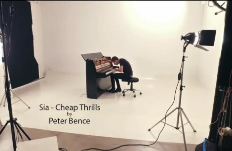 """VIDEO de senzație! """"Cheap Trills"""" de la Sia, la pian și... bataie din pantof: Interpretarea unui artist, în pauza de filmări, VIRALĂ"""
