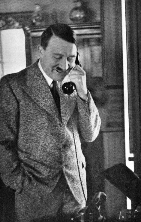 """""""Este arma care a dus la moarte milioane de oameni! Fotografii cu telefonul lui Hitler, cu numele gravat pe spate, au devenit virale pe internet. Cum arată și cât valoreasă dispozitivul"""