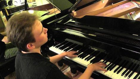 """Adevărații eroi nu se văd, dar te emoționează uneori până la lacrimi! Rex e orb și autist, dar """"vede"""" pianul ca un adevărat maestru!"""