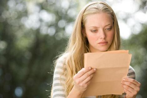 Blondina și-a pierdut geanta în oraș, dar un necunoscut i-a dat-o înapoi! Ce bilet straniu a găsit fata înăuntru?