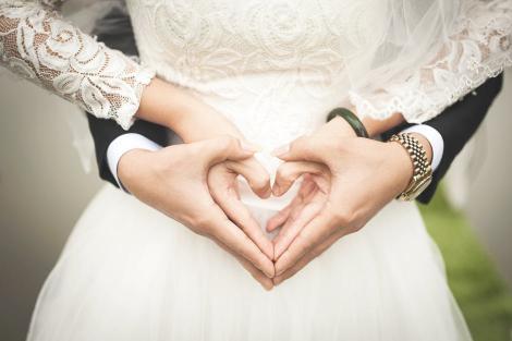 Un cuplu a băgat spaima în toți cu cele mai bizare invitații la nuntă! Ai avea curajul să te duci?