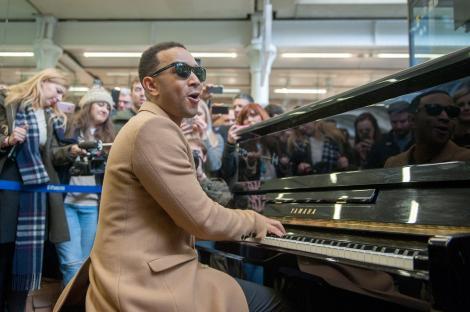 VIDEO / John Legend, recital de exceție, într-o gară. Și-a instalat un pian și i-a lasat mască pe călători