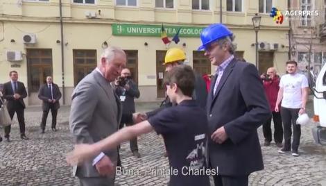 VIDEO! Primire românească, spontană: Un copil i-a sărit în brațe Prințului Charles, în timp ce acesta vizita Centrul Vechi al Capitalei