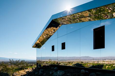 """""""Casa Miraj""""  sau """"Casa Oglinzilor"""" din mijlocul deșertului: pe toți pereții ei se reflectă natura și cerul. GALERIE FOTO"""