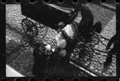 Galerie foto de arhivă! Imagini ŞOCANTE din timpul Holocaustului: Oameni deportaţi, cadavre abandonate şi bolnavi în lagăre. Fotografiile au fost găsite într-o cutie îngropată
