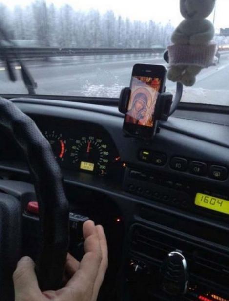 """""""Așa intră dracul în sufletele oamenilor! Luați icoane în locul telefoanelor!"""" Mitropolitul Clujului, revoltat de influenţa internetului în viaţa creştinilor"""