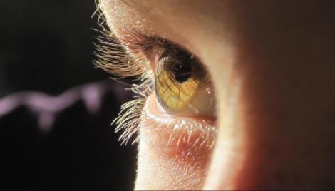 Fii atent la semnalele organismului tău! Te dor ochii de la lumina soarelui? Iată ce înseamnă asta