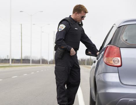Polițistul a oprit mașina la marginea drumului, dar a rămas mut de uimire când a văzut cine era la volan! Așa ceva vezi doar în filme!