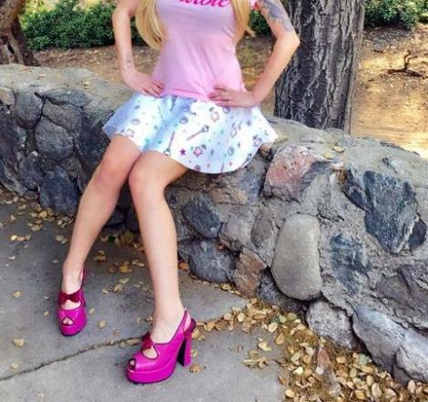 O tânără a cheltuit o avere ca să se transforme într-o păpușă de plastic! Privești și te minunezi