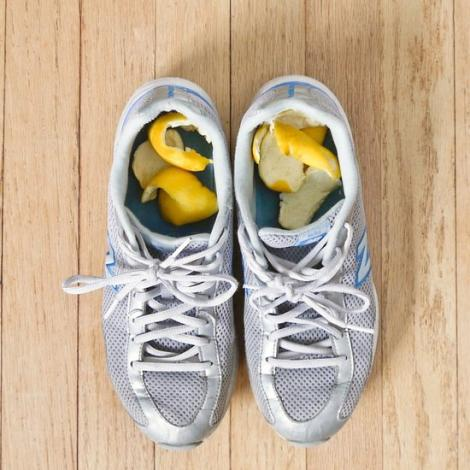 Ce se întâmplă dacă pui coji de lămâie în pantofi! Încearcă și vei face economii serioase!