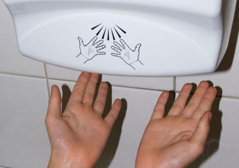 Nu vei mai folosi uscătorul de mâini! Este mai periculos decât îți poți imagina