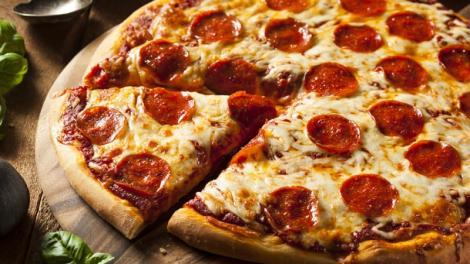 Ai trişat şi ai mâncat pizza sau fast food? Iată câte exerciţii trebuie să faci pentru a arde caloriile