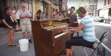 Un artist cânta la pian pe stradă atunci când o trecătoare i-a cerut voie să încerce și ea clapele! Și continuarea i-a hipnotizat pe toți!