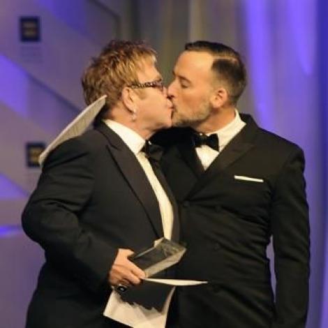 E gay, dar iubește o femeie! Elton John și-a declarat public dragostea, pe internet, după ce timp de nouă ani nu a vorbit cu ea
