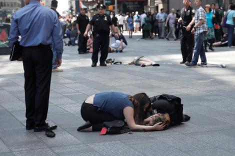 Ultimul bilanț al tragediei din New York: Tânără de 18 ani, moartă pe loc. Alte 22 de persoane au fost rănite după ce un șofer a intrat cu mașina în pietoni