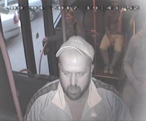 Poliţia Capitalei, apel către cetățeni! L-ați văzut pe bărbatul din imagine? Este căutat, după ce a bătut un adolescent de 16 ani, într-un autobuz. Cei care pot oferi detalii să anunţe cea mai apropiată unitate de poliţie