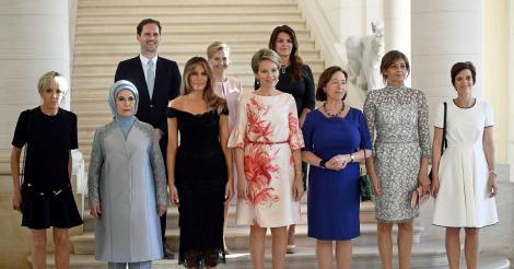 Fotografia virală de la summitul NATO! Cine este bărbatul din grupul soțiilor șefilor de stat?
