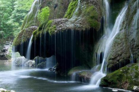 Cascada Bigăr, desemnată drept cea mai frumoasă cascadă unică din lume, a fost redeschisă publicului. O mare companie americană a investit o sumă substanţială!