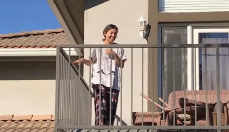 Soția s-a trezit și a ieșit pe balcon să admire priveliștea, dar a avut parte de o surpriză uriașă! Bărbatul i-a pregătit ceva colosal