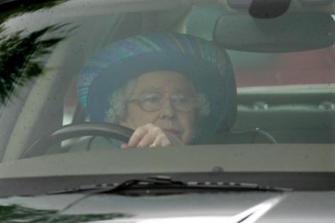 Regina Marii Britanii n-are permis, dar și-a scos Jaguarul la plimbare! La 91 de ani, Elisabeta a II-a a fost fotografiată la volan