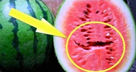 Pericolul ascuns din pepenele verde. Dacă vezi această gaură în mijlocul fructului, ARUNCĂ-L imediat!