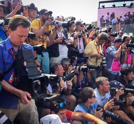 Un fotograf a surprins mai multe imagini, de la o cursă de Formula 1, cu o cameră veche de 104 ani. Rezultatul este spectaculos!