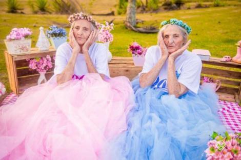 """GALERIE FOTO: """"Sângele apă nu se face!"""". La 100 de ani, două surori gemene și-au petrecut aniversarea împreună, copilărind. Imaginile sunt inedite!"""