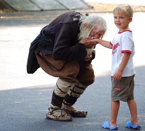 """""""Sfântul Dobri"""" are 103 ani și bate străzile din Bulgaria, cu mâna întinsă! Și din mâna lui cresc catedrale, orfelinate și biserici!"""