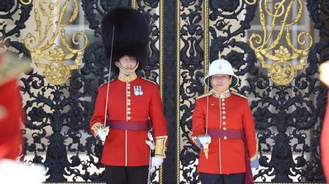 Nu va purta vestita căciulă de urs, dar asta nu o va împiedica să comande Garda Reginei Elisabeta a II-a!  Ea e prima femeie-căpitan care preia comanda Infanteriei