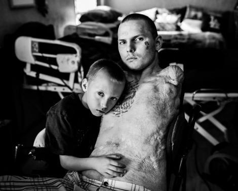 """Imagini ale durerii! Soldați răniți în luptele din Irak și Afganistan, care nu-și pot îmbrățișa copiii: """"Pierderea membrelor este ca și cum ai pierde un bun prieten. Dar i-am mulțumit lui Dumnezeu că nu m-a luat de tot!"""""""