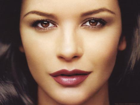 Considerată una dintre cele mai frumoase femei de pe planetă, Catherine Zeta Jones a ajuns de nerecunoscut!