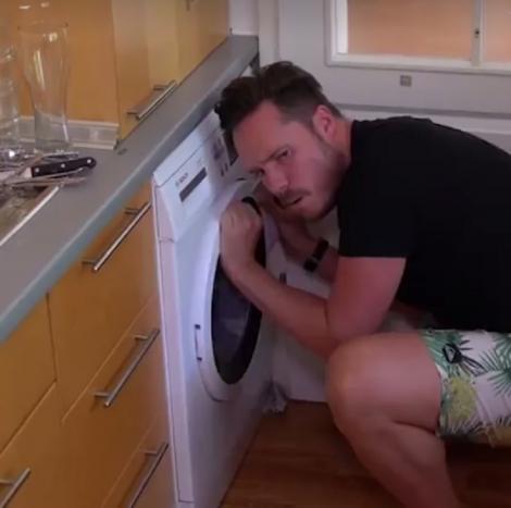 """""""Despacito"""", obsesia sezonului și inspirația celor mai bune glume. Un clip ilustrează perfect succesul piesei. Deschizi mașina de spălat și ce să vezi? Iese hit-ul! (FUNNY VIDEO)"""