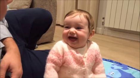 VIDEO:  Imaginile care îţi vor face ziua mai bună! Această fetiţă râde la glumele tatălui său mai ceva ca la un show de comedie!